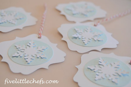Easy christmas tag using the cricut from fivelittlechefs.com #christmastags #cricut #kidscrafts